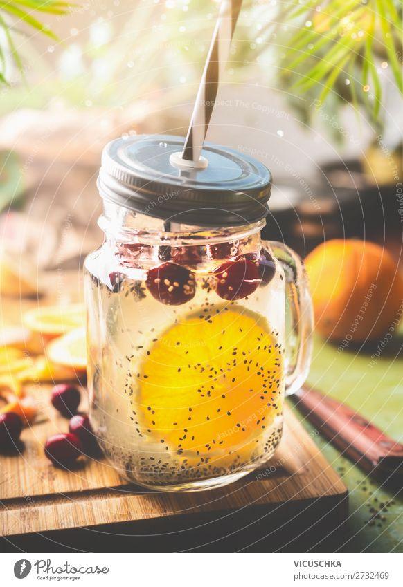 Gesundes Getränk mit Chia Samen Wasser und Orange Lebensmittel Frucht Erfrischungsgetränk Trinkwasser Limonade Saft Geschirr Tasse Flasche Glas Stil Design