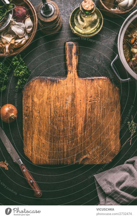 Schneidebrett mit Messer auf dunklem Küchentisch Lebensmittel Ernährung Geschirr Stil Design Tisch retro Hintergrundbild altehrwürdig Essen zubereiten Speise