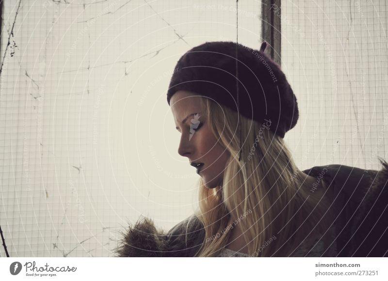 profil 1 Mensch blond kalt schön Erotik feminin wild Gefühle Stimmung Mütze Haare & Frisuren Winter Scheibe Fenster Fensterblick nachdenklich Körperhaltung
