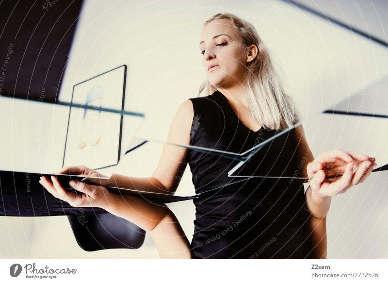 In between Lifestyle elegant Stil schön feminin Junge Frau Jugendliche 18-30 Jahre Erwachsene Kleid blond langhaarig Spiegel berühren Denken träumen