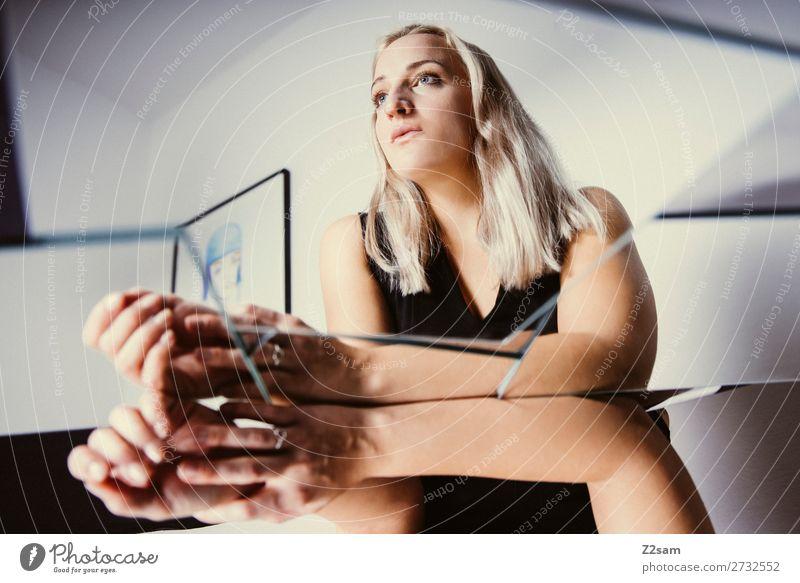 in between Lifestyle elegant Stil Junge Frau Jugendliche 30-45 Jahre Erwachsene Kleid blond langhaarig Spiegel Denken träumen Traurigkeit Coolness schön feminin