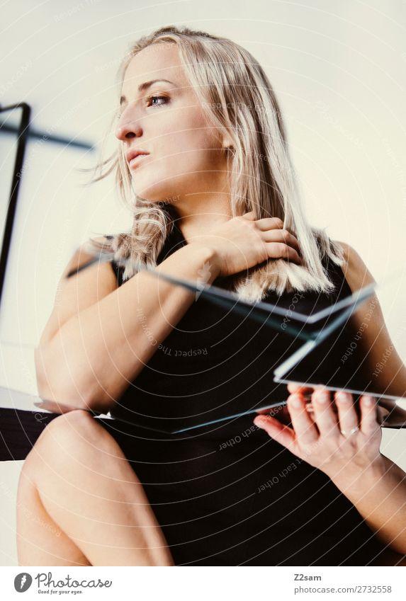 in between Lifestyle elegant Stil schön Junge Frau Jugendliche 18-30 Jahre Erwachsene Mode Kleid blond langhaarig Denken träumen Traurigkeit feminin Gefühle