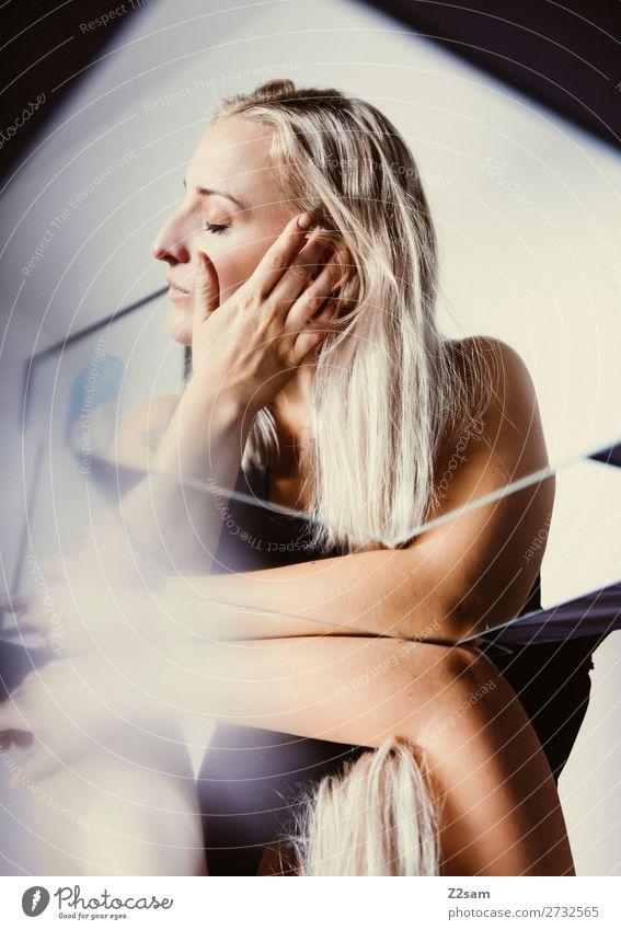 in between Lifestyle elegant Stil schön feminin Junge Frau Jugendliche 18-30 Jahre Erwachsene blond langhaarig Spiegel berühren Denken träumen Liebe Vorsicht