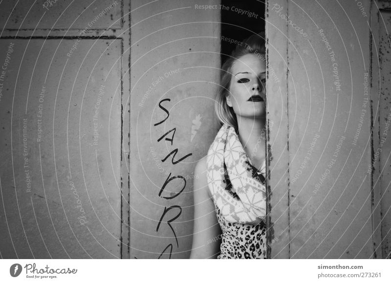 versteck Mensch schön feminin Graffiti Mode Tür elegant Lifestyle Model Kontakt Tor entdecken Schminke trendy Ruine Surrealismus