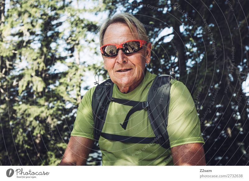 70 jähriger beim Wandern Ferien & Urlaub & Reisen Natur Mann Sommer Landschaft Sonne Erholung Wald Berge u. Gebirge Gesundheit Lifestyle Senior Sport Ausflug