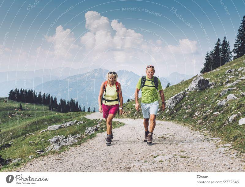 Sportliche Rentner beim Wandern in Oberbayern Frau Mensch Himmel Ferien & Urlaub & Reisen Natur Mann Sommer Landschaft Erholung Wolken Berge u. Gebirge Senior