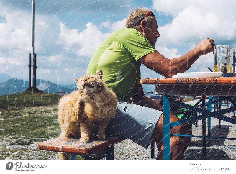 Katze sitzt neben essendem Mann auf der Almhütte Freizeit & Hobby Berge u. Gebirge wandern Männlicher Senior 60 und älter Natur Landschaft Himmel Wolken