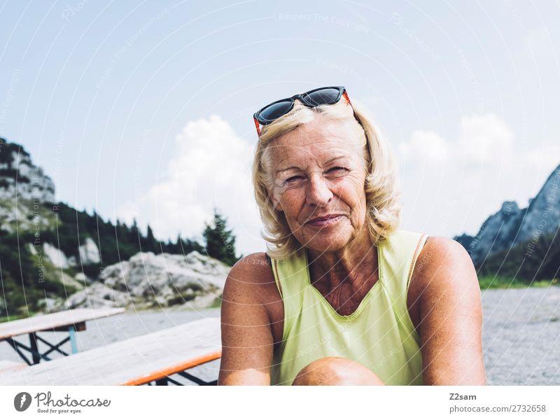 Rentnerin auf dem Gipfel Lifestyle Freizeit & Hobby Berge u. Gebirge wandern Weiblicher Senior Frau 60 und älter Natur Landschaft Sommer Schönes Wetter Alpen