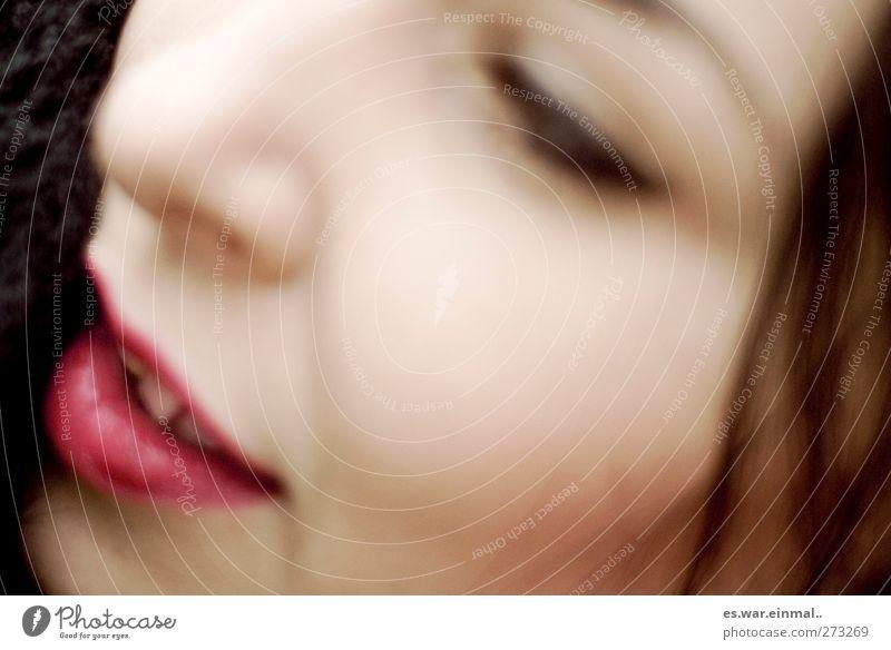 nah. feminin berühren Lächeln träumen Glück schön einzigartig Wärme weich Vertrauen Geborgenheit Verliebtheit Romantik Erotik Farbfoto Starke Tiefenschärfe