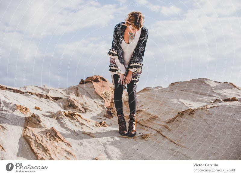 Eine blonde junge Frau an einem sonnigen Tag. Lifestyle kaufen elegant Stil Design exotisch Mensch feminin Junge Frau Jugendliche 1 18-30 Jahre Erwachsene