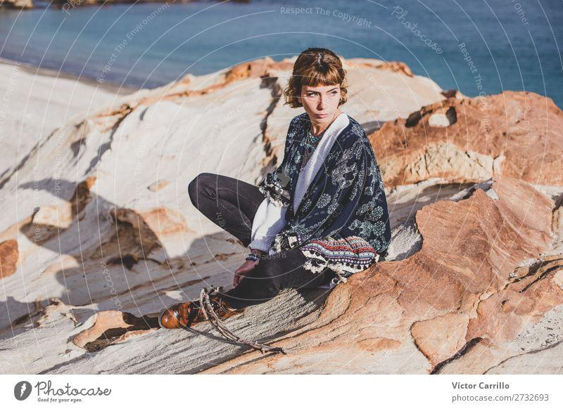 Eine junge blonde Frau an einem sonnigen Tag. Lifestyle kaufen elegant Stil Design exotisch Mensch feminin Junge Frau Jugendliche 1 18-30 Jahre Erwachsene Mode