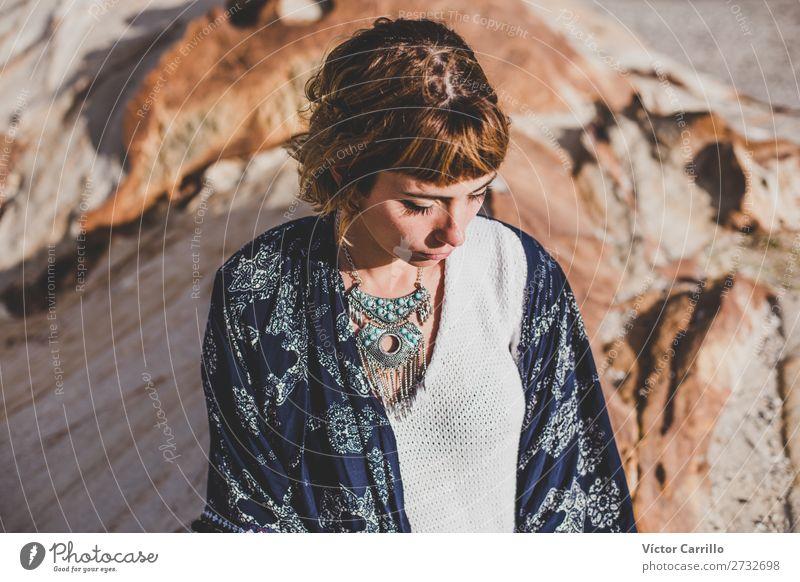 Eine junge blonde Frau an einem sonnigen Tag. Lifestyle kaufen elegant Stil Design Mensch feminin Junge Frau Jugendliche Erwachsene 1 18-30 Jahre Meer Mode