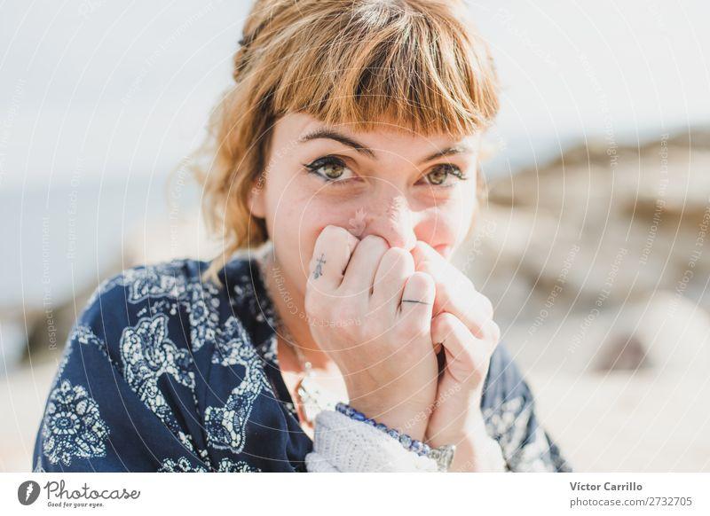 Eine junge blonde Frau an einem sonnigen Tag. Lifestyle elegant Stil Design Freude Mensch feminin Junge Frau Jugendliche Erwachsene 1 18-30 Jahre Mode