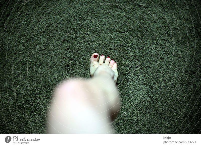 Betreten der Grünanlage verboten! Mensch Frau grün rot Erwachsene feminin Gefühle Fuß stehen Häusliches Leben einzeln Mitte Körperpflege Barfuß Teppich strecken