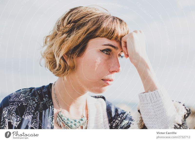 Eine junge blonde Frau an einem sonnigen Tag. Lifestyle kaufen elegant Stil Design Mensch feminin Junge Frau Jugendliche Erwachsene 1 18-30 Jahre Mode