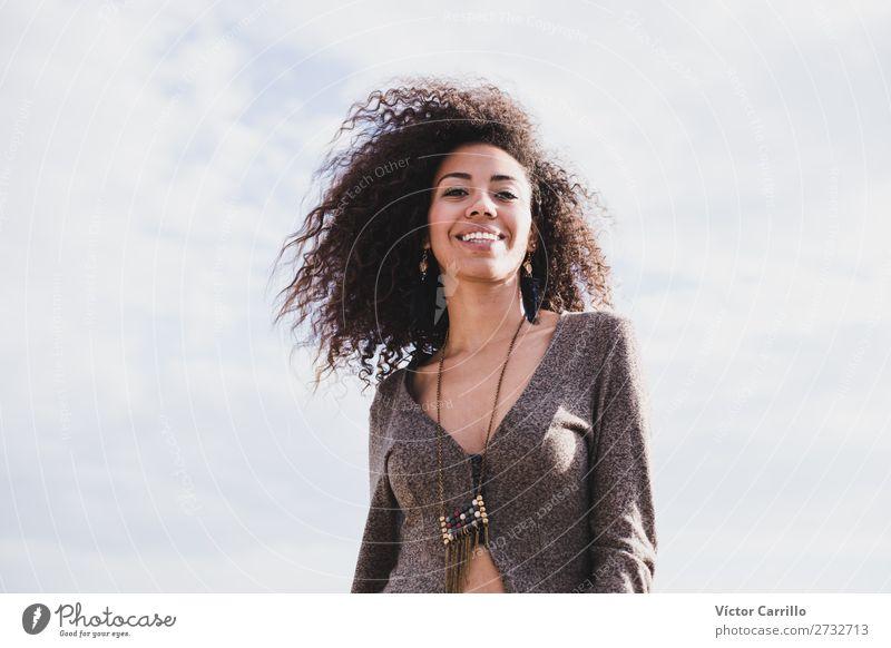 Eine junge Frau an einem sonnigen Tag Lifestyle kaufen Stil Design exotisch Freude feminin Junge Frau Jugendliche Erwachsene 1 Mensch 18-30 Jahre Mode