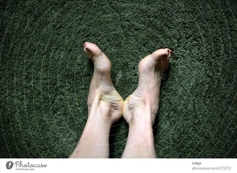 Liegewiese Wohnzimmer Mensch grün ruhig Erholung nackt Gefühle Fuß liegen Freizeit & Hobby Lifestyle Pause Mitte Barfuß Teppich Vignettierung faulenzen