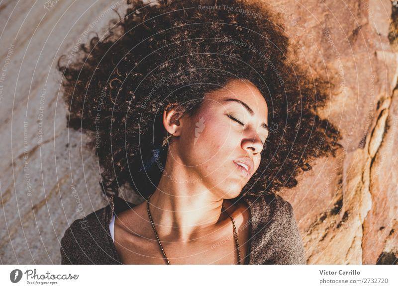 Eine träumende junge Frau in der Sonne. Lifestyle kaufen elegant Stil Design exotisch Mensch feminin Junge Frau Jugendliche Erwachsene 1 18-30 Jahre Mode