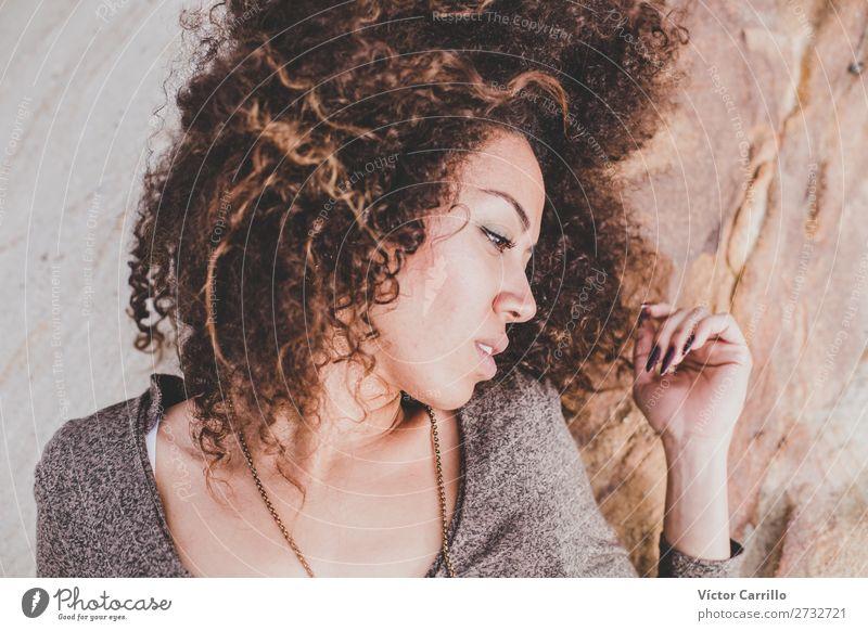 Eine junge Frau mit Steinhintergrund Lifestyle elegant Stil Design exotisch schön Mensch feminin Junge Frau Jugendliche Erwachsene Kopf 1 18-30 Jahre Mode