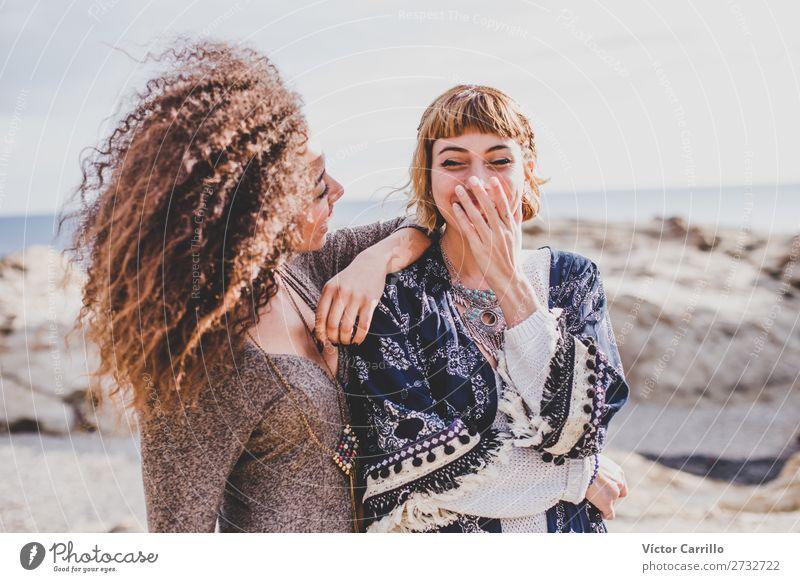 Zwei Freundinnen, die lachen und eine gute Zeit an einem sonnigen Tag haben. Lifestyle Stil exotisch Ferien & Urlaub & Reisen Mensch feminin Junge Frau
