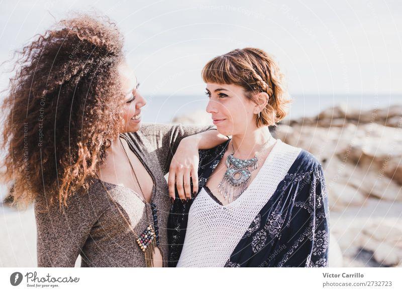 Zwei Freundinnen, die lachen und eine gute Zeit an einem sonnigen Tag haben. Lifestyle elegant Stil schön Mensch feminin Junge Frau Jugendliche Erwachsene 2