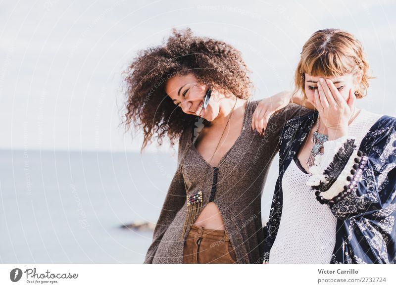 Zwei Freundinnen, die lachen und eine gute Zeit an einem sonnigen Tag haben. Lifestyle elegant Stil Mensch feminin Junge Frau Jugendliche Erwachsene 2