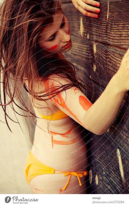 oranje feminin Junge Frau Jugendliche 1 Mensch 18-30 Jahre Erwachsene Kunst Bikini brünett schön orange Körpermalerei Farbe Frauenoberkörper langhaarig