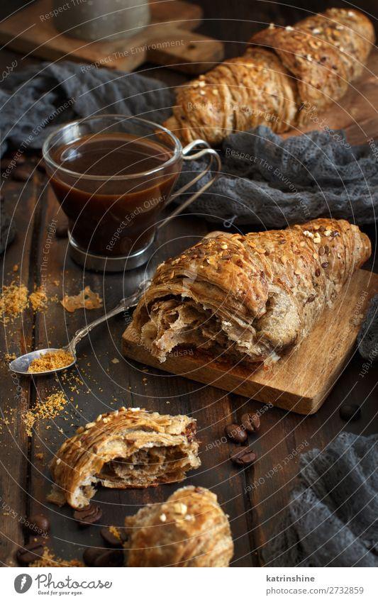 Frühstück mit Kaffee und Croissant Brot Dessert Getränk Espresso Löffel Tisch dunkel frisch lecker braun weiß Tradition Hintergrund Bäckerei Koffein Kochen