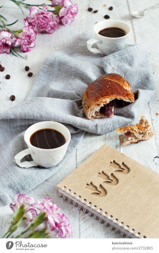 Frühstück mit Kaffee und Croissant Brot Dessert Getränk Espresso Löffel Tisch Valentinstag Frau Erwachsene Blume frisch lecker braun weiß Tradition Hintergrund