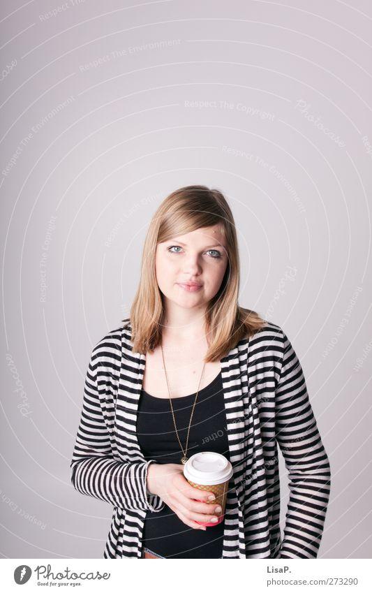 kaffeepause 2 Kaffeetrinken Heißgetränk Kakao Latte Macchiato Tasse Becher feminin Junge Frau Jugendliche 1 Mensch 18-30 Jahre Erwachsene Pause gestreift