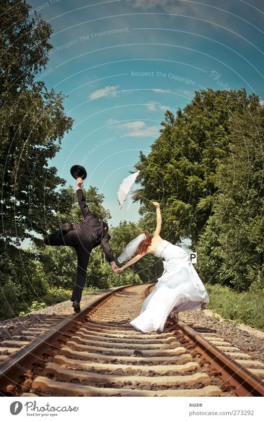 Auf ins Glück Sommer Hochzeit Mensch maskulin feminin Frau Erwachsene Mann 2 18-30 Jahre Jugendliche Umwelt Natur Landschaft Himmel Schönes Wetter Baum Gleise