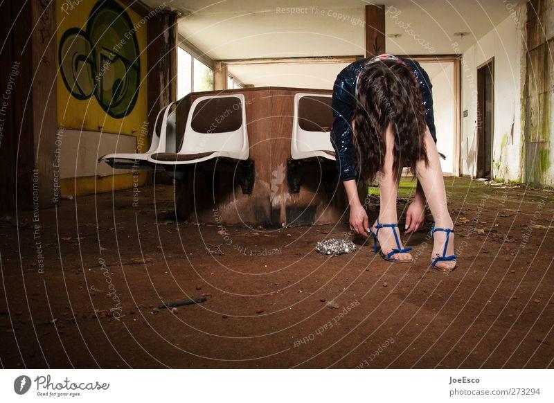 #227020 Frau Jugendliche schön Erwachsene dunkel Leben Traurigkeit Mode Feste & Feiern Raum sitzen 18-30 Jahre kaputt Lifestyle trist Müdigkeit
