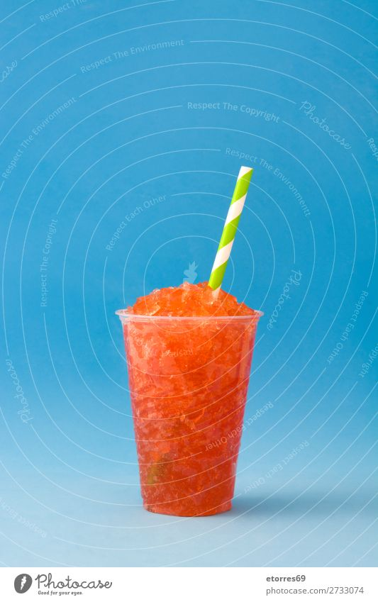 Erdbeer-Slushie mit blauem Hintergrund Sommer Granit Getränk trinken Eis Kunststoff Glas kalt Beeren Dessert süß Bonbon Reihe Tasse Geschmack Coolness Trinkhalm