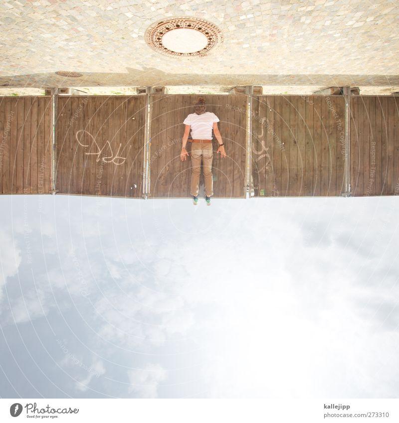 brett vorm kopf Stadt hängen Baustelle Bauzaun Gully Himmel (Jenseits) Holz Barriere Erholung Le Parkour verrückt Stil Klettern Körperhaltung Farbfoto