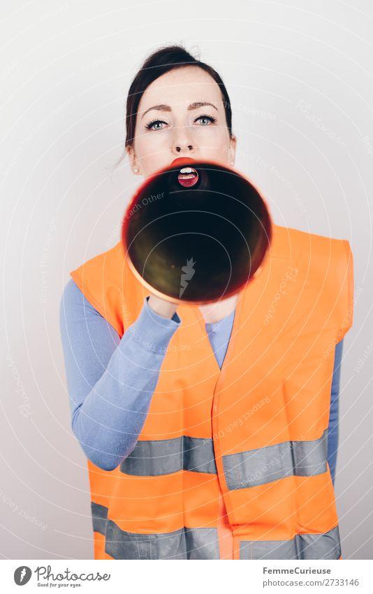 Woman in warning vest making announcement with megaphone feminin Frau Erwachsene 1 Mensch 18-30 Jahre Jugendliche 30-45 Jahre Kommunizieren Aussage Ansage