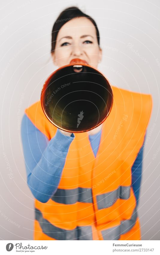 Woman in warning vest making announcement with megaphone feminin Frau Erwachsene 1 Mensch 30-45 Jahre Kommunizieren Demonstration Streik Aussage durchsage