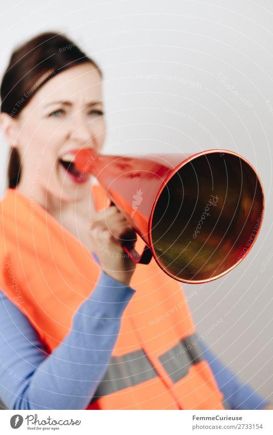 Woman in warning vest making announcement with megaphone feminin 1 Mensch 18-30 Jahre Jugendliche Erwachsene 30-45 Jahre Kommunizieren Streik fordern