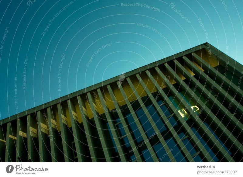 Botschaft Stadt Stadtzentrum Skyline Haus Hochhaus Bauwerk Gebäude Architektur Mauer Wand Terrasse gut urban wallroth Berlin Beton Himmel Wolkenloser Himmel