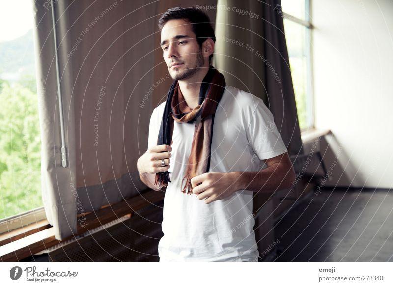 einst maskulin Junger Mann Jugendliche 1 Mensch 18-30 Jahre Erwachsene Mode T-Shirt Schal Coolness schön Farbfoto Innenaufnahme Tag Oberkörper Wegsehen