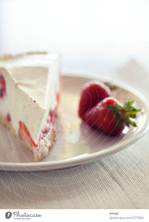 alles Quark weiß rot Ernährung Frucht süß Süßwaren lecker Teller Torte Erdbeeren Dessert sommerlich Joghurt Erdbeertorte Quarkspeise