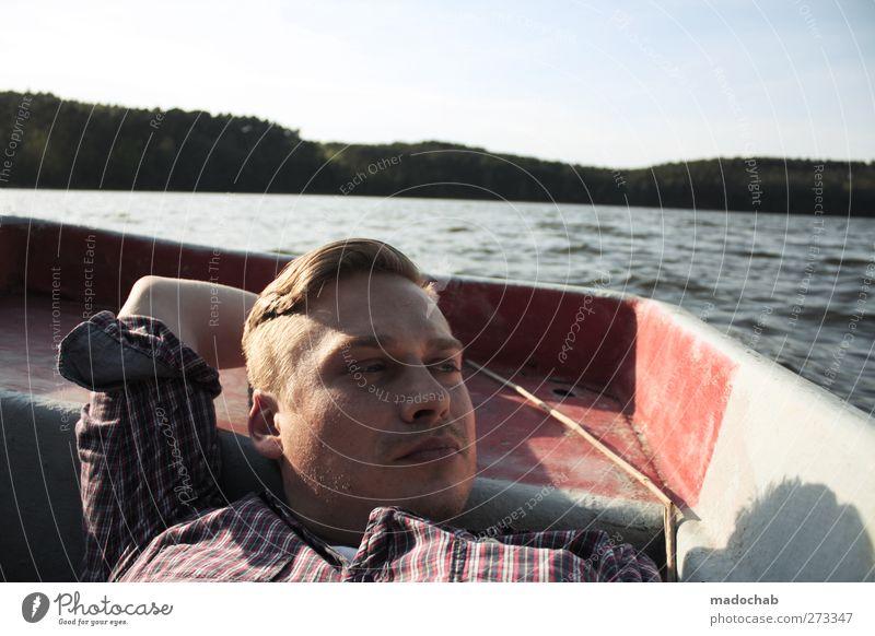 Portrait junger Mann Blickkontakt liegend im Ruderboot Lifestyle Wellness harmonisch Wohlgefühl Zufriedenheit Erholung ruhig Meditation Ferien & Urlaub & Reisen