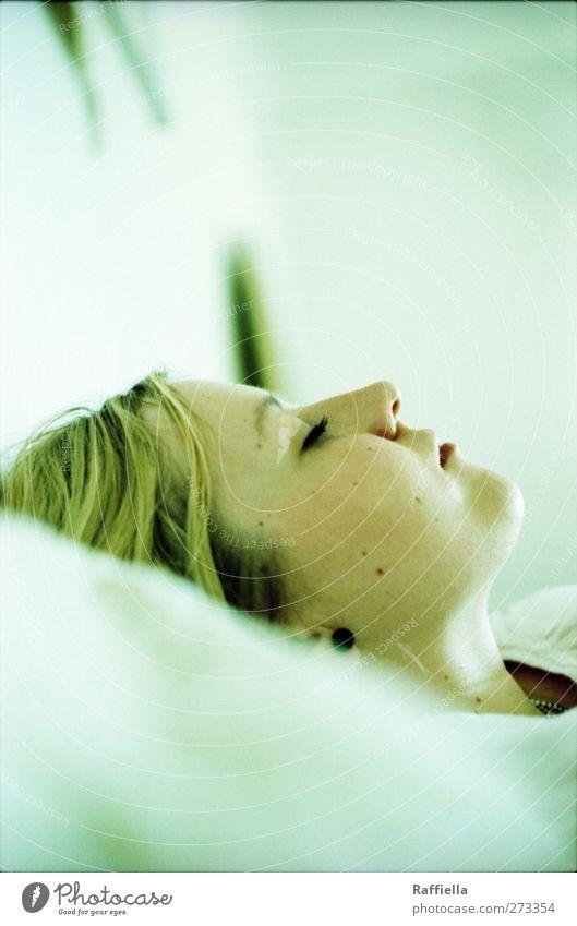 immer wieder sonntags Mensch Jugendliche ruhig Erwachsene Gesicht feminin Haare & Frisuren Junge Frau träumen hell Raum blond liegen Haut Mund 18-30 Jahre