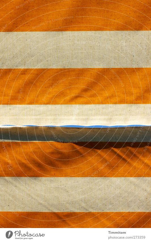 Ein Stück vom Himmel. Himmel blau weiß gelb träumen Linie warten Häusliches Leben Streifen Schutz Falte Markise
