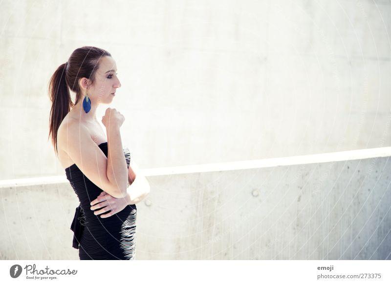 steigend feminin Junge Frau Jugendliche 1 Mensch 18-30 Jahre Erwachsene Kleid hell grau Beton Betonwand Betonmauer elegant einfach Farbfoto Gedeckte Farben