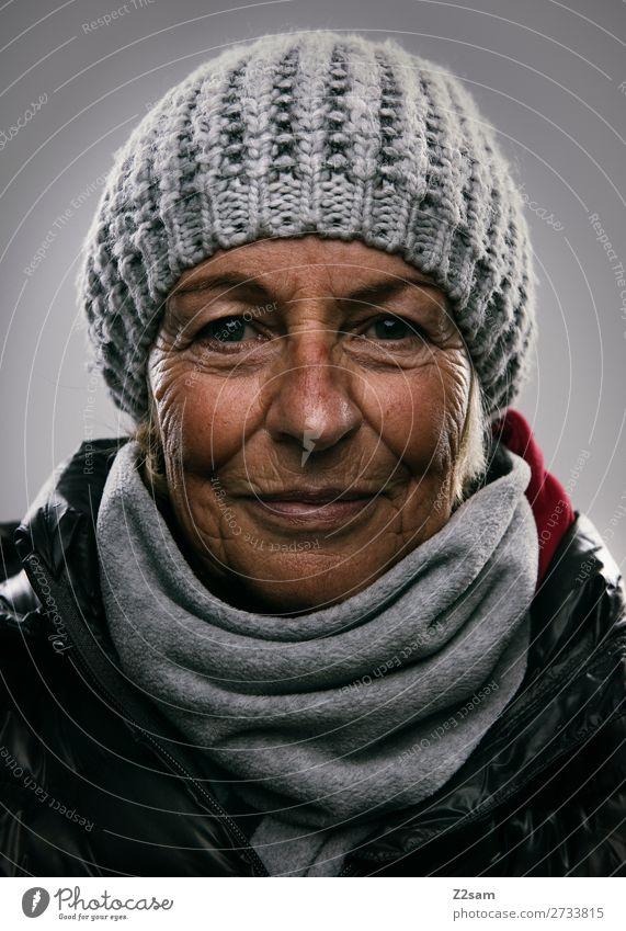Portrait einer Dame im Winteroutfit Lifestyle elegant Weiblicher Senior Frau 60 und älter Mode Jacke Schal Mütze Lächeln lachen alt Freundlichkeit natürlich