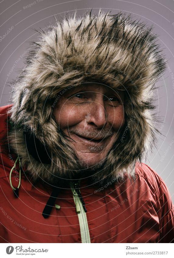 Portrait eines Rentners im Winteroutfit Lifestyle Männlicher Senior Mann 60 und älter Mode Jacke outdoorbekleidung Mütze Lächeln lachen alt Fröhlichkeit