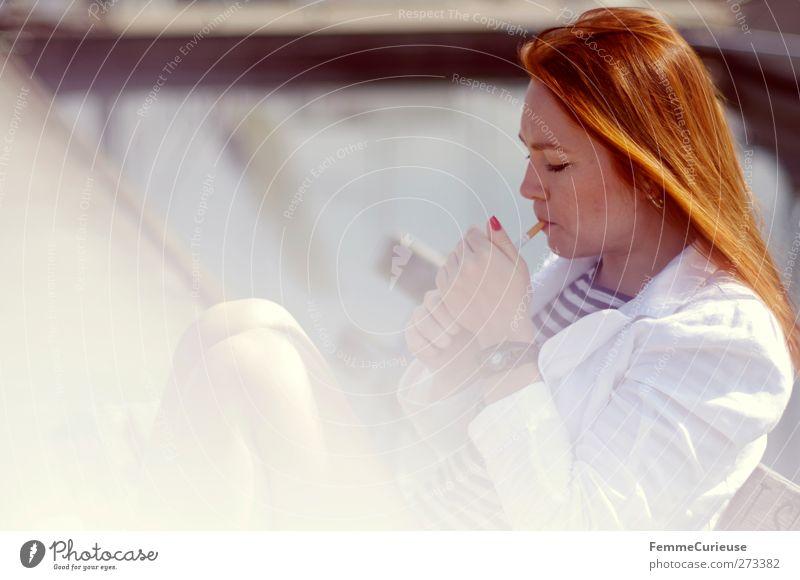 Smoker. Mensch Frau Jugendliche weiß schön Sommer Erwachsene feminin Stil Beine Junge Frau Gesundheit sitzen elegant 18-30 Jahre Gesundheitswesen
