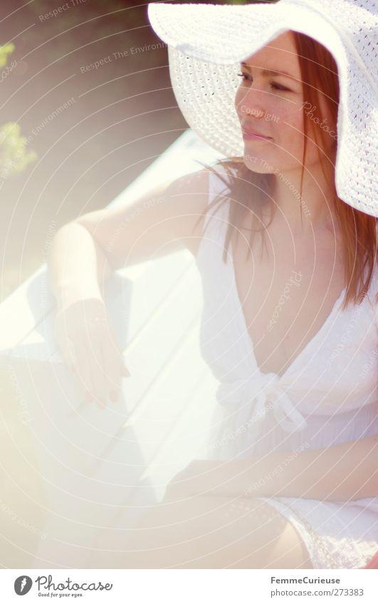 Strahlend weiß. Mensch Frau Jugendliche schön Erwachsene feminin Junge Frau Stil Mode sitzen 18-30 Jahre warten elegant Lifestyle beobachten