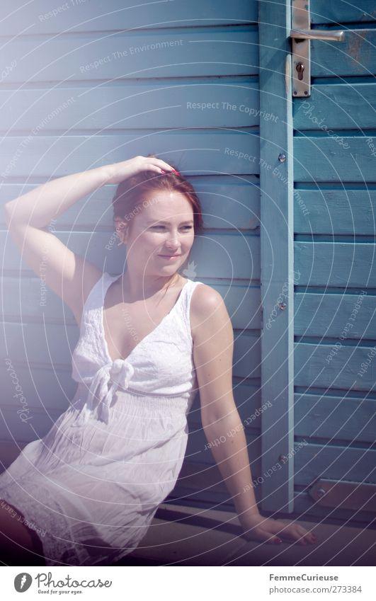 Sommerhitze. Mensch Frau Jugendliche blau Ferien & Urlaub & Reisen schön Erwachsene Erholung feminin Wärme Stil Junge Frau sitzen warten elegant 18-30 Jahre