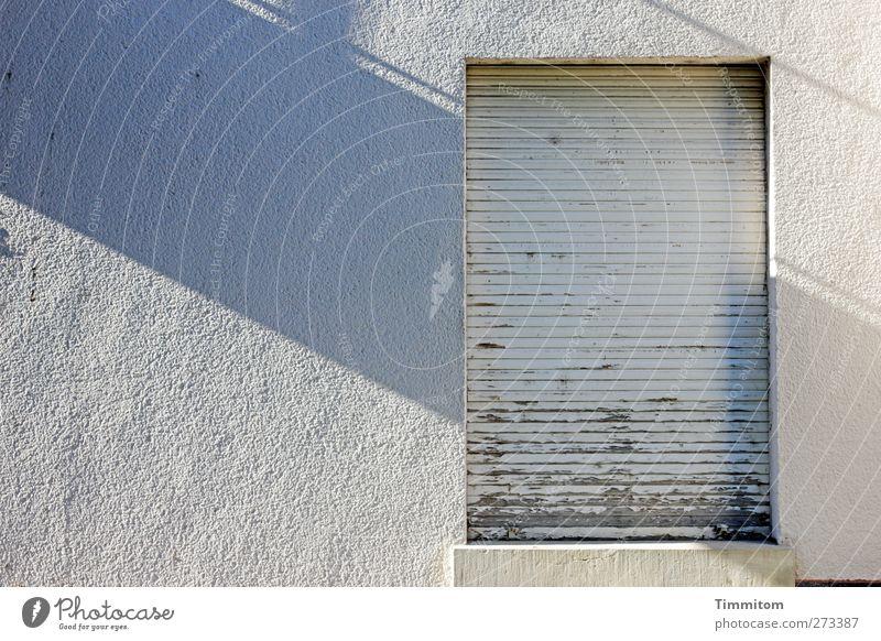 Sendepause. weiß Haus schwarz Fenster Wand Gefühle Holz grau Farbstoff Mauer Traurigkeit Linie geschlossen warten Beton einfach